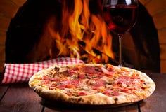 Пицца и стекло вина стоковые изображения rf