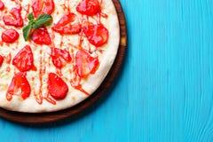 Пицца клубники на голубой предпосылке, печенье лета Стоковое фото RF