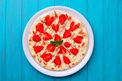 Пицца клубники на голубой предпосылке Стоковое Изображение