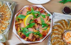 Пицца копченых семг и вареники Gyoza Стоковые Изображения RF