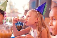 Пицца маленькой девочки сдерживая пока чувствующ голодный стоковое изображение rf