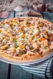Пицца морепродуктов на деревенской деревянной таблице с раковинами Стоковая Фотография