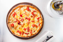 Пицца мяса взгляд сверху горячая с томатами hamon, сыра и вишни на деревянной доске на, который служат таблице ресторана Стоковое Изображение