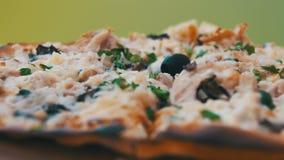 Пицца на белом деревянном столе в кафе Съемка тележки сток-видео