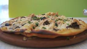 Пицца на белом деревянном столе в кафе Съемка тележки видеоматериал