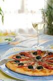 Пицца на голубой тарелке Стоковая Фотография