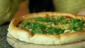 Пицца на деревянном диске в пиццерии сток-видео