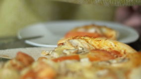 Пицца на деревянном диске в пиццерии видеоматериал