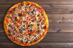 Пицца на деревянном столе стоковые изображения
