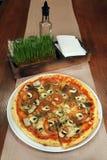 Пицца на деревянном столе Стоковое фото RF