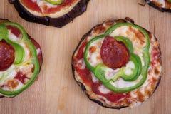Пицца на зажаренных кусках баклажана на таблице Стоковая Фотография