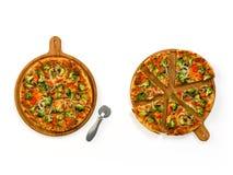 Пицца на комплекте деревянной доски изолированном на белизне Стоковое Фото