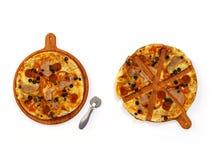 Пицца на комплекте деревянной доски изолированном на белизне бесплатная иллюстрация