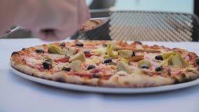 Пицца на таблице в кафе акции видеоматериалы