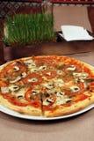 Пицца на таблице с приборами Стоковое фото RF