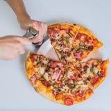 Пицца на таблице с рукой девушек Стоковые Фотографии RF