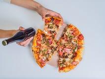 Пицца на таблице с рукой девушек Стоковые Изображения RF
