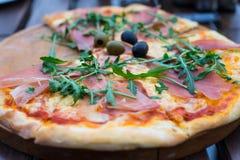 Пицца на таблице Стоковые Фотографии RF