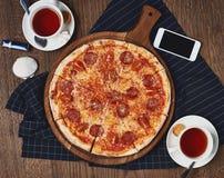 Пицца на таблице стоковая фотография