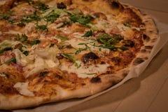 Пицца дома с друзьями стоковые изображения rf