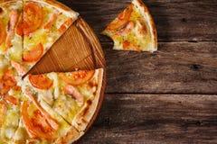 Пицца отрезанная в кусках Высококалорийная вредная пища, нездоровая еда стоковое изображение