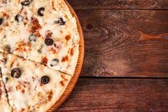 Пицца отрезанная на кусках, положение квартиры Высококалорийная вредная пища, калории Стоковое Изображение