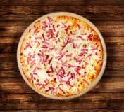 Пицца Пламенеющий пирог на деревянном столе Стоковые Изображения