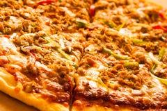Пицца покрытая с тунцом Стоковая Фотография