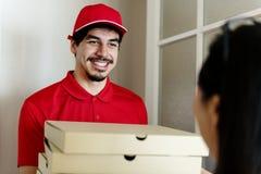 Пицца поставки человека к клиенту Стоковое Фото