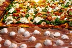Пицца принимает отсутствующие части на стойле, традиционной итальянке Focaccia с томатами, черных оливках и сыре стоковые изображения rf