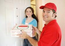 пицца работника доставляющего покупки на дом клиента Стоковое Изображение