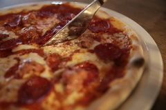 Пицца древесин-увольнянная итальянкой Стоковое фото RF
