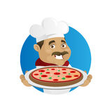 Пицца сервировки шеф-повара Стоковые Фотографии RF