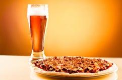 пицца стекла пива одиночная Стоковое фото RF