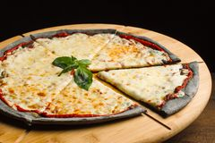 Пицца сыра, черное печенье на деревянной доске Украшенный с greens-2 стоковая фотография rf