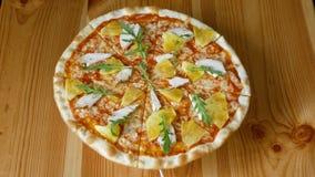 Пицца с ананасом и цыпленок закручивая в круг Фаст-фуд r сток-видео