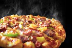 Пицца с беконом и pepperoni ветчины сыра на изолированной задней части черноты Стоковые Фотографии RF