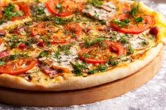 Пицца с ветчиной, томатами и грибами Стоковая Фотография RF