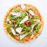 Пицца с ветчиной & x28; ham& x29 Пармы; , arugula & x28; rocket& x29 салата; и взгляд сверху пармезана Стоковые Фото