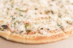 Пицца с грибами, ветчиной и замаринованным концом-вверх огурцов Стоковое Изображение