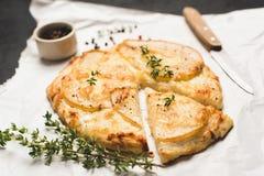 Пицца с грушей, сыром и тимианом стоковая фотография rf