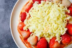 Пицца с клубникой и сырами стоковое изображение
