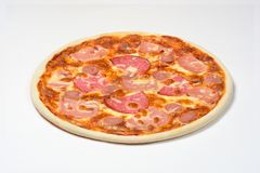 Пицца с копченой сосиской, сосиской и моццареллой на белой предпосылке стоковые фото