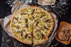 Пицца с кусками телятины и сыра Стоковые Фото