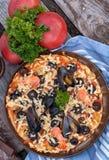 Пицца с морепродуктами и черными оливками стоковое изображение