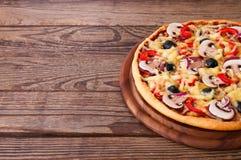 Пицца с морепродуктами на деревянной таблице Стоковая Фотография