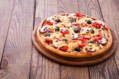 Пицца с морепродуктами на деревянной таблице Стоковая Фотография RF