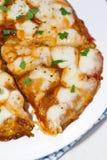 Пицца с моццареллой на белой плите, вертикальным крупным планом Стоковое Изображение RF