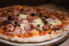 Пицца с мясом, беконом, сыром Стоковая Фотография RF