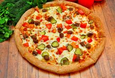 Пицца с мясом, огурцами, томатами и зелеными цветами стоковые фотографии rf